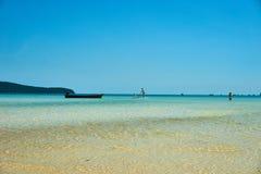Стойте вверх полощущ на пляже на славном солнечном летнем дне Остров Rong Sanloem Koh, Saracen залив Камбоджа, Азия стоковое изображение rf