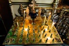 Стойте для свечей в интерьере православной церков церков, золотого подсвечника в церков, правоверной лампе значка, масле церков,  Стоковые Изображения