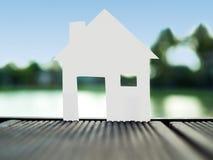 Стойте один бумажный дом в парке, сохраняйте деньги для будущей концепции недвижимости Стоковое Изображение RF
