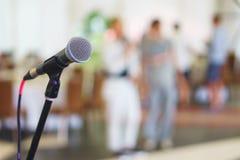 Стойте с микрофоном на этапе подготовленном для диктора представления Стоковые Изображения