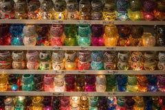 Стойте с стеклянными держателями для свечи мозаики, Стамбулом, грандиозным базаром Стоковые Изображения RF