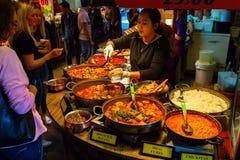 Стойл еды на рынке Camden, Лондоне, Великобритании Стоковое Изображение RF