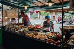 Стойл еды улицы в Бангкоке, Таиланде Стоковая Фотография