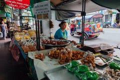 Стойл еды улицы в Бангкоке, Таиланде Стоковые Фотографии RF