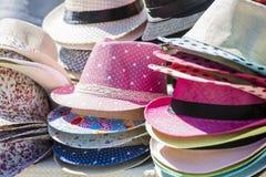 Стойл открытого рынка с соломенными шляпами лета Стоковое Изображение