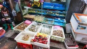 Стойл продавца близко в рыбном базаре в городе Гуанчжоу Стоковое фото RF