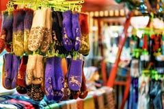 Стойл с шерстяными перчатками на рождественской ярмарке Риги Стоковые Фото