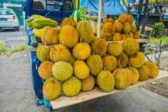Стойл уличного рынка плодоовощей дуриана, Суматра, Индонезия Дуриан сосчитанный много людей в Юго-Восточной Азии как король  Стоковое Фото