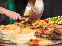 Стойл шведского стола с едой Стоковое Изображение RF