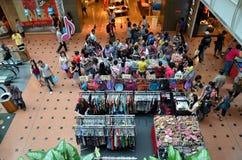 Стойлы, ботинки и мешки одежды на дисплее на торговом центре стоковые изображения rf