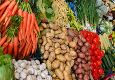 Стойлы рынка полны овощей Стоковые Изображения