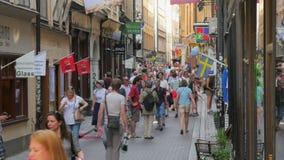 СТОКГОЛЬМ - ШВЕЦИЯ, АВГУСТ 2015: люди наслаждаются в старом городе сток-видео