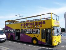 Стокгольм, Швеция - июль 2007: Туристские езды двухэтажного автобуса через улицы Stokholm вводя туристов к видимостям стоковая фотография