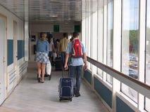 Стокгольм, Швеция - июль 2007: туристы с чемоданами толпить на выходе в шведский порт стоковое фото rf