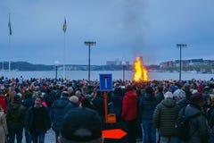 СТОКГОЛЬМ, ШВЕЦИЯ - 30-ОЕ АПРЕЛЯ 2018: Торжество ночи Walpurgis, сход людей на улице с факелами и идти стоковые изображения