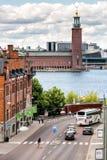 СТОКГОЛЬМ, ШВЕЦИЯ - 14-ОЕ ИЮЛЯ 2017: Взгляд над здание муниципалитетом и жует стоковое фото