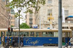 СТОКГОЛЬМ, ШВЕЦИЯ - 28-ОЕ МАЯ 2016: Трамвай кафа в центре города стоковое фото