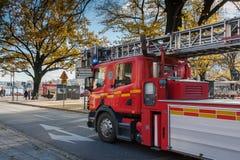 СТОКГОЛЬМ, ШВЕЦИЯ - 26-ОЕ ОКТЯБРЯ: пожарная машина идет к огню вокруг города, ШВЕЦИИ - 26-ое октября 2016 Стоковые Изображения