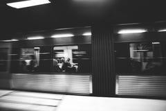 СТОКГОЛЬМ, ШВЕЦИЯ - 22nd из мая 2014 Запачканный взгляд поезда на станции метро, Стокгольм, Швеция Стоковые Изображения