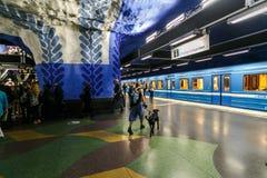 СТОКГОЛЬМ, ШВЕЦИЯ - 22nd из мая 2014 Станция метро T-Centralen Стокгольма подземная - одна из самой красивой станции метро, стоковые изображения