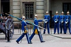 СТОКГОЛЬМ - 23-ЬЕ ИЮЛЯ: Изменять церемонии предохранителя с участием королевской кавалерии предохранителя Стоковые Изображения