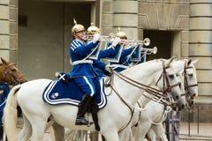 СТОКГОЛЬМ - 23-ЬЕ ИЮЛЯ: Изменять церемонии предохранителя с участием королевской кавалерии предохранителя Стоковые Фото