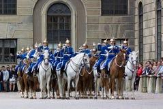 СТОКГОЛЬМ - 23-ЬЕ ИЮЛЯ: Изменять церемонии предохранителя с участием королевской кавалерии предохранителя Стоковое Фото