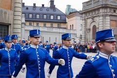 СТОКГОЛЬМ - 23-ЬЕ ИЮЛЯ: Изменять церемонии предохранителя с участием королевской кавалерии предохранителя Стоковое Изображение
