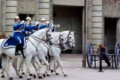 СТОКГОЛЬМ - 23-ЬЕ ИЮЛЯ: Изменять церемонии предохранителя с участием королевской кавалерии предохранителя Стоковая Фотография