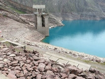 Сток от резервуара к турбинам гидроэлектрической электростанции Nurek стоковая фотография