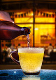 Сток пива лагера от бутылки к стеклу на таблице с красивым li Стоковое Фото