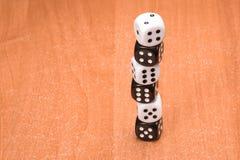 Столбец кости черно-белой на деревянной предпосылке Стоковое Изображение