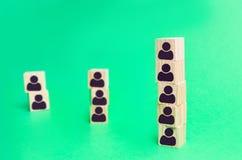 Столбец кубов работников компании рекрутство Трудовая организация структура и иерархия дела Отставка и рабочее место стоковые изображения