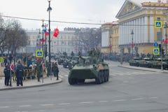 Столбец самоходного ` nona-S ` оружи на военном параде в честь дня победы Стоковое Изображение