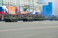Столбец танков проходит перед праздничной трибуной Часть репетиции военного парада в честь дня победы Стоковые Изображения