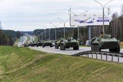 Столбец armored воинского оборудования двигая дальше дорогу Минск, Стоковое Фото