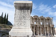Столбец Ephesus и библиотека Celsus Стоковые Фото