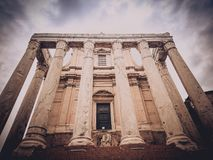Столбцы виска Antoninus и Faustina на римском форуме Стоковое Фото
