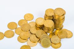 Столбцы золотых монеток, куч монеток на белой предпосылке Стоковая Фотография
