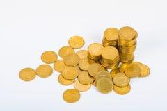 Столбцы золотых монеток, куч монеток на белой предпосылке Стоковые Изображения