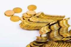 Столбцы золотых монеток, куч монеток на белой предпосылке Стоковое фото RF