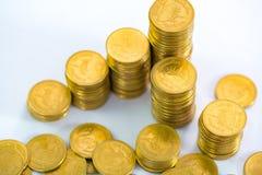 Столбцы золотых монеток, куч монеток на белой предпосылке Стоковое Фото