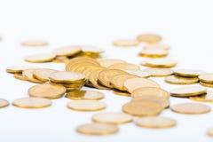 Столбцы золотых монеток, куч монеток на белой предпосылке Стоковое Изображение RF