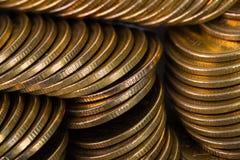 Столбцы золотых монеток, куч предпосылки монеток Стоковое Изображение RF