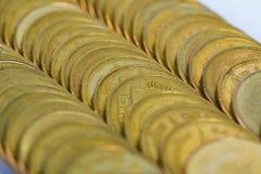 Столбцы золотых монеток, куч предпосылки монеток Стоковые Изображения RF
