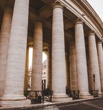 столбцы и вход к Ватикану стоковое изображение