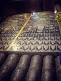 Столбцы темной конструкции, виска в Таиланде стоковое изображение
