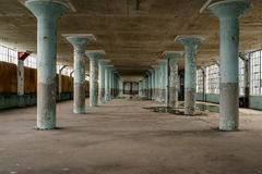 Столбцы Teal конкретные & большое Windows - покинутая фабрика одежды Стоковая Фотография RF