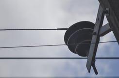 Столб башни электрического провода в сером голубом небе стоковые фото