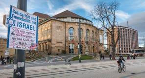 Столб где написано в немце - солидарность и приятельство w стоковые фото